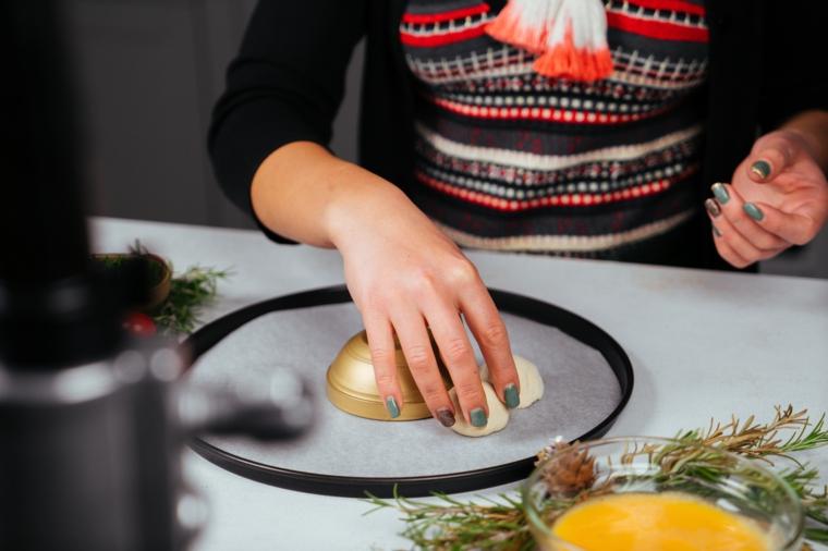 Menu vigilia di natale, palline con ripieno di mozzarella, teglia ricoperta con carta da forno