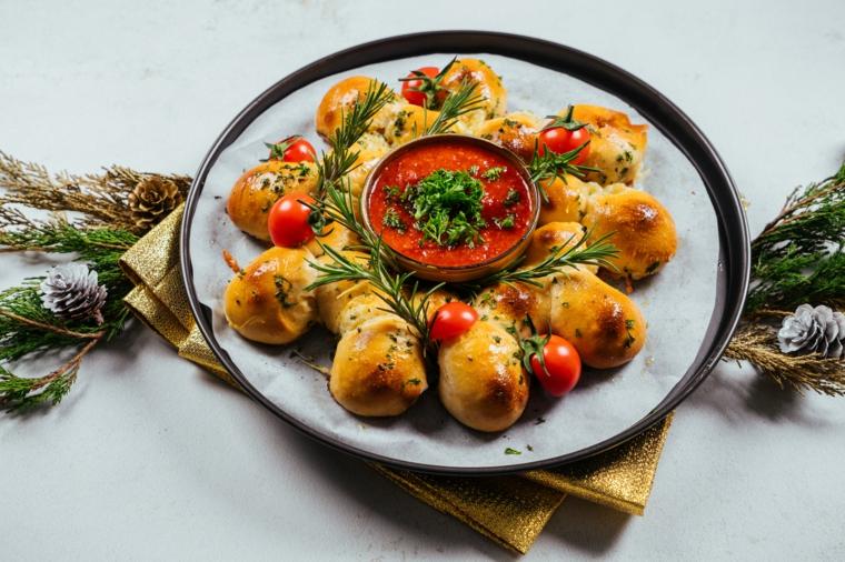 Antipasti natalizi belli, pane di Natale con salsa di pomodoro, coriandolo fresco tritato