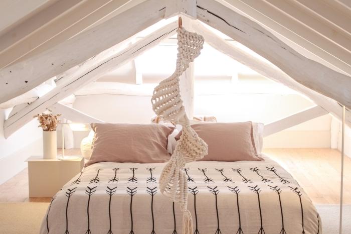Camera da letto in mansarda con un macramè fai da te a spirale