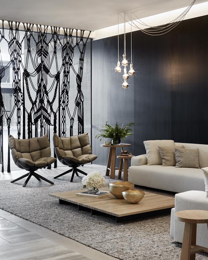 Salotto arredato con mobili dal design moderno e nodi macramè con corda nera