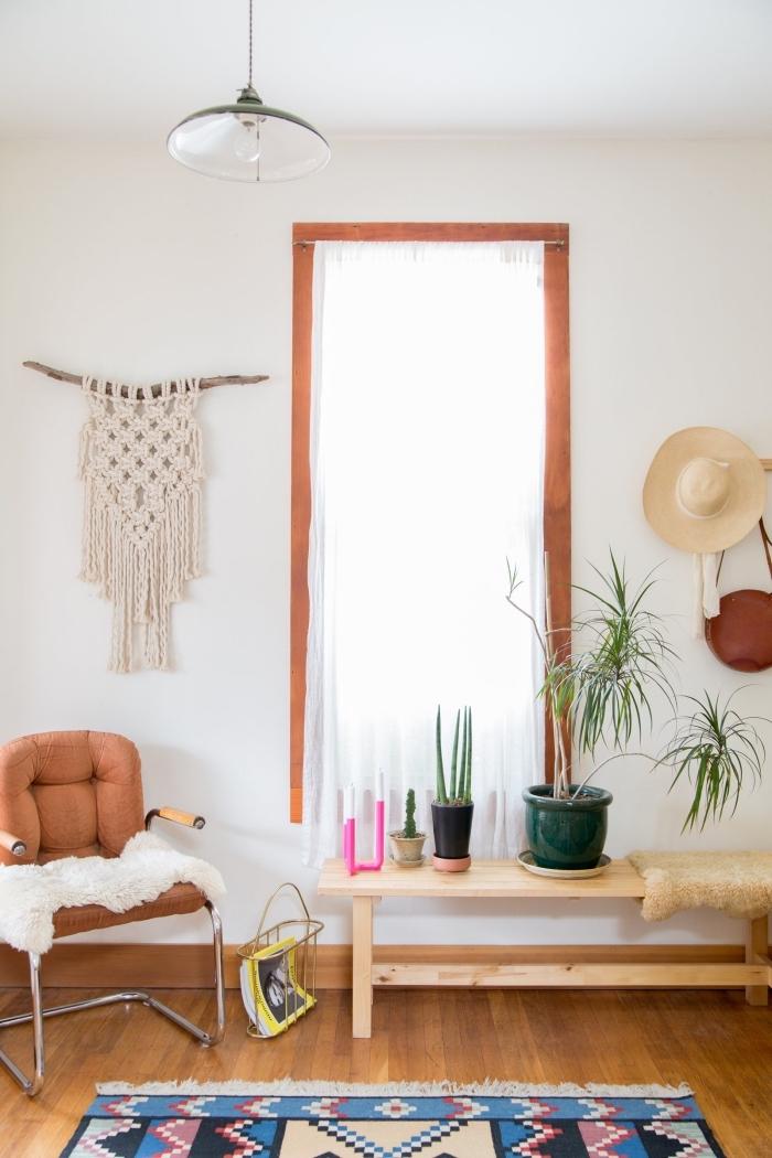 Nodo macramè e un'idea per la decorazione di un salotto con mobili in legno e pelle