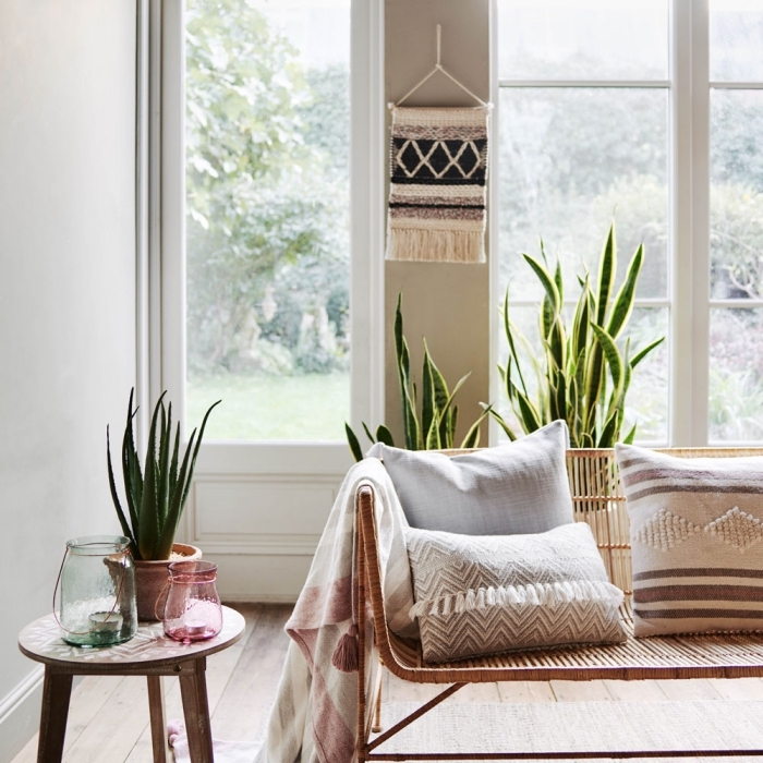 Idea decorazione in stile bohémien di un soggiorno con macramè da parete con corda colorata