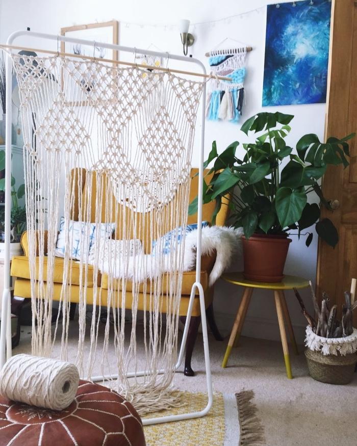 Soggiorno con un arredo etnico e decorazioni in macramè corda bianca