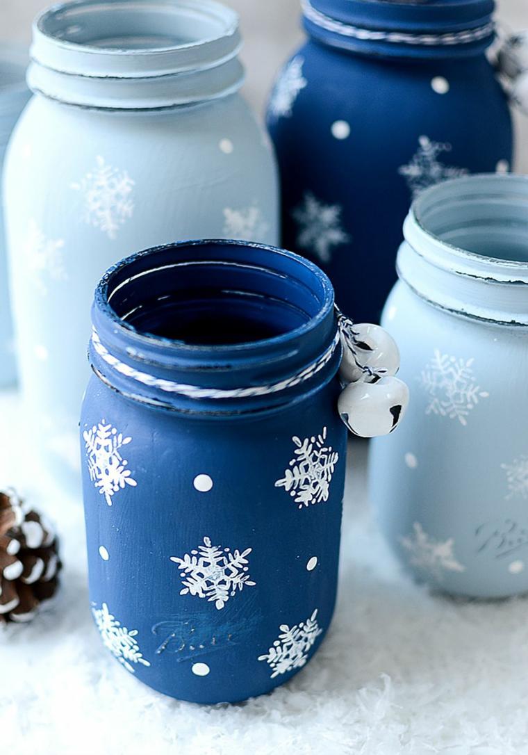 Idea per dei lavoretti creativi Natale con barattoli di vetro dipinti e decorati con fiocchi di neve