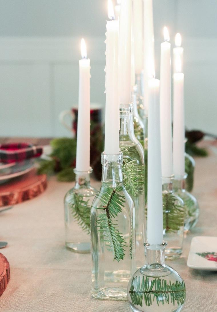 Addobbi natalizi fai da te e un'idea per un centrotavola con bottiglie di vetro e candele