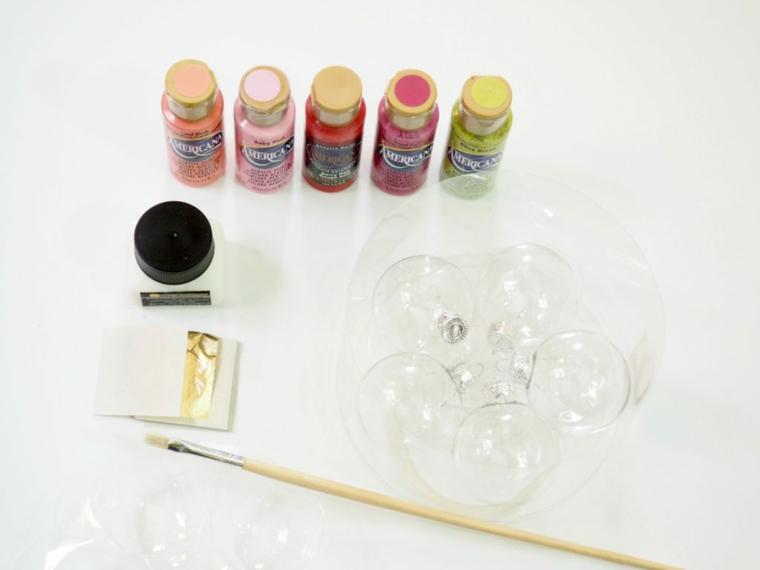 Occorrente necessario per decorare le sfere di plastica trasparente con i colori acrilici