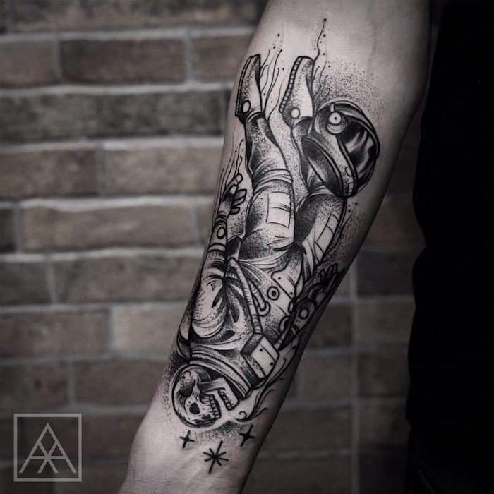 L'avambraccio di un uomo con il disegno di un'immersione con cranio