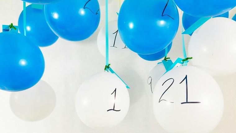 Idee natalizie da creare e un'idea con calendario dell'Avvento con palloncini azzurri