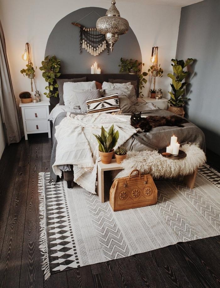 Camera da letto con una decorazione macramè appesa alla parete
