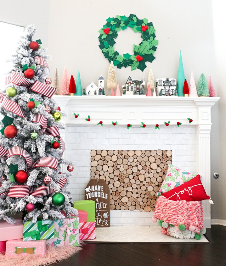 Ghirlande natalizie fai da te facili e un'idea con una decorazione del camino con albero e palline