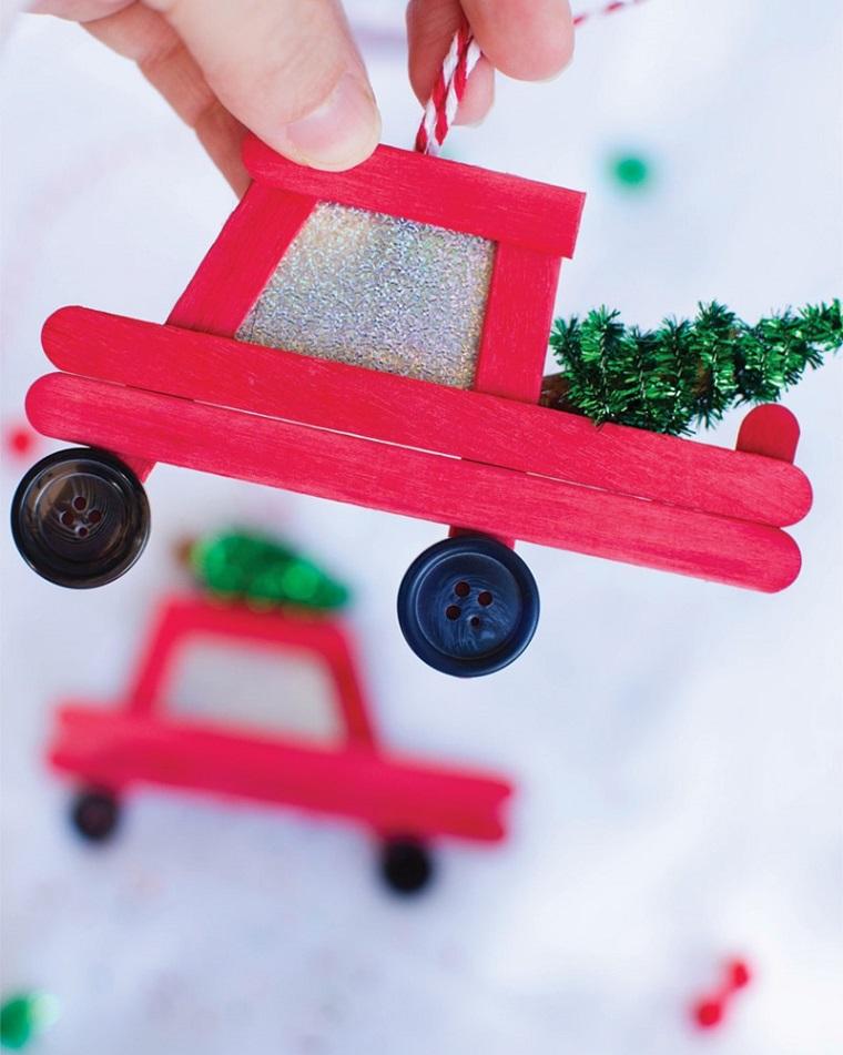 Lavoretti di Natale facili con stecchini di legno dipinte di rosso e ruote con bottoni neri