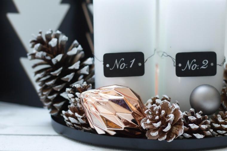 Decori natalizi e un'idea con un centrotavola di candele e pigne