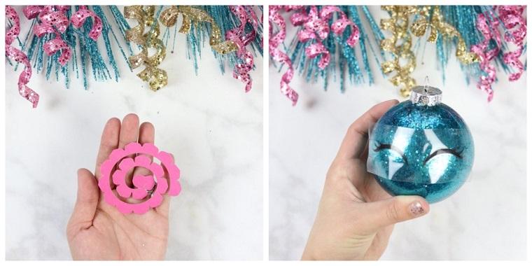 Creazioni natalizie e un'idea con pallina di colore blu con occhi e fiorellino rosa