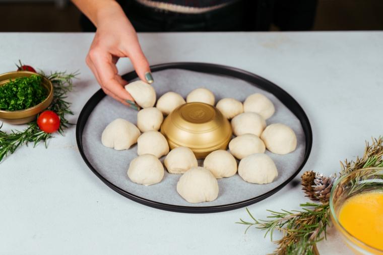 Pane natalizio con mozzarella, antipasti natalizi belli, palline su carta da forno