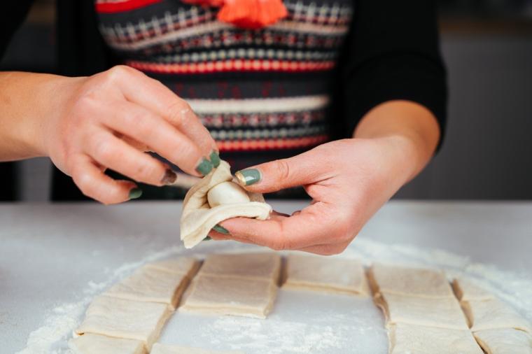 Antipasti natalizi belli, baby mozzarella per ripieno di pane, impasto per pizza steso e tagliato