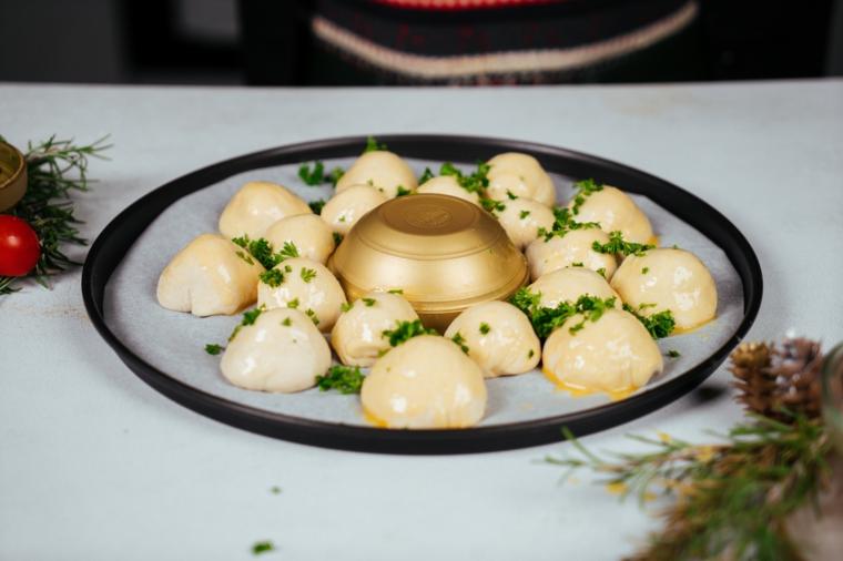 Antipasti vigilia di Natale, palline ripiene con mozzarella, pane natalizio con coriandolo fresco