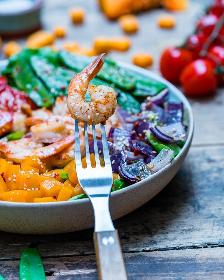 Un'idea per la cena della vigilia con gamberetti e verdure tagliate a dadini cosparsi di sesamo