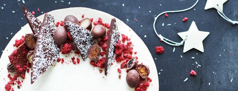 Cioccolato con cocco grattugiato e mousse sparsa di lamponi