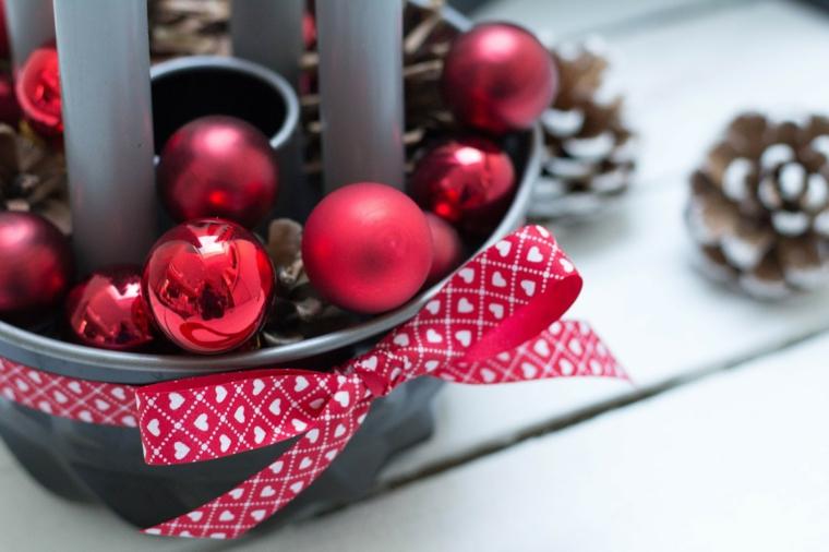 Decorazioni natalizie fai da te per la casa e un'idea con palline rosse e candele