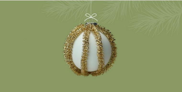 Lavoretti di Natale per bambini e un'idea con pallina da appendere addobbata con ghirlanda di colore oro