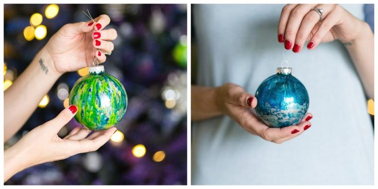 Lavoretti di Natale fai da te facili, due palline per l'albero natalizio dipinte