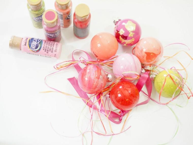 Addobbi natalizi fai da te, palline da appendere dipinte con dei colori acrilici