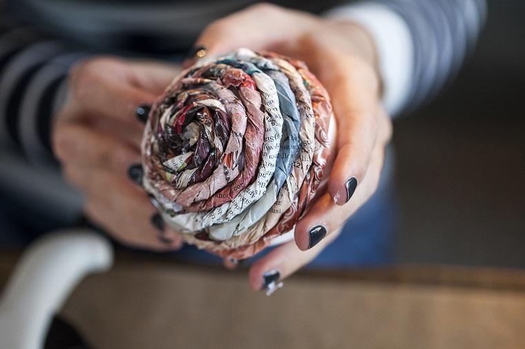 Lavoretti di Natale fai da te facili e un'idea con pallina di polistirolo avvolta in strisce di giornale