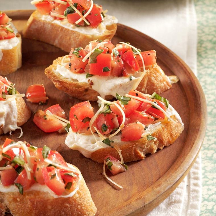 Bruschette di pane con pomodorini tagliati e formaggio spalmabile