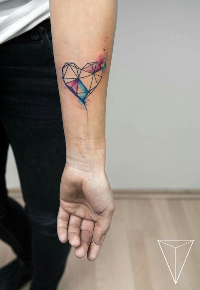 Idea per dei tatuaggi piccoli significativi uomo con il disegno di un cuore colorato di forme geometriche