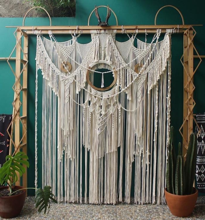 Arredamento in stile etnico e decorazione con macramè sospeso di corda bianca