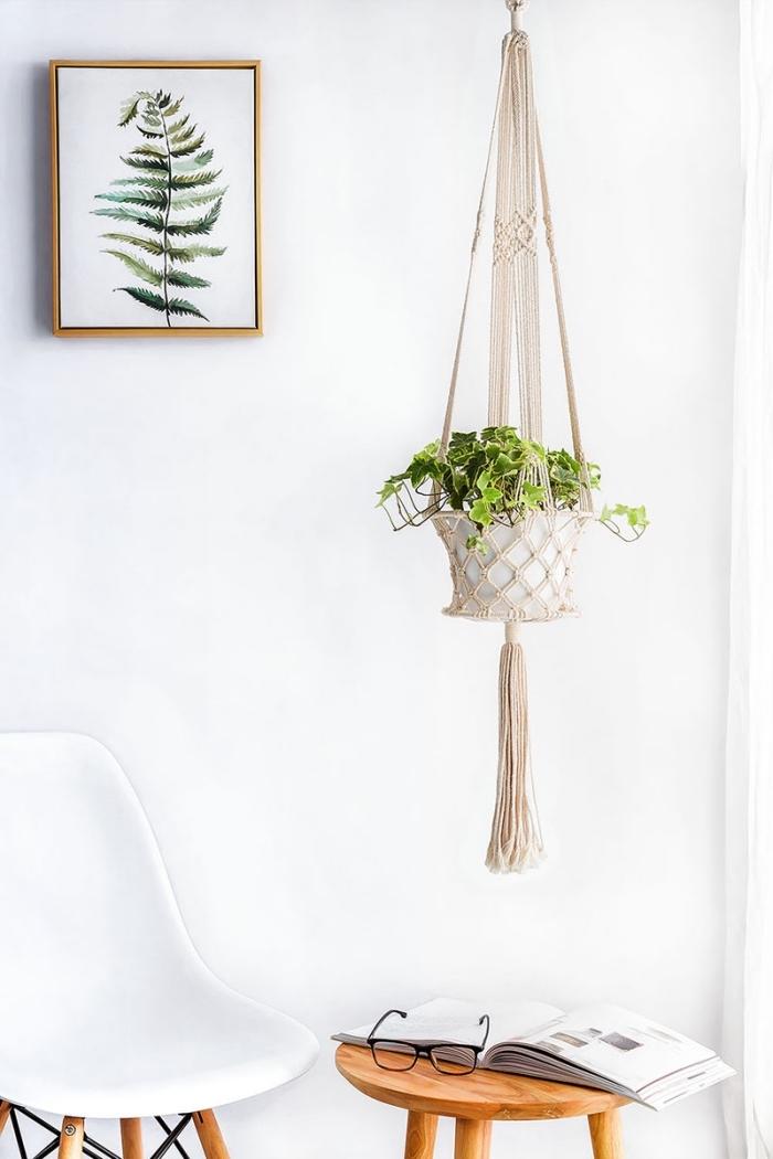 Portavaso sospeso in stile vintage, parete bianca decorata con un quadro