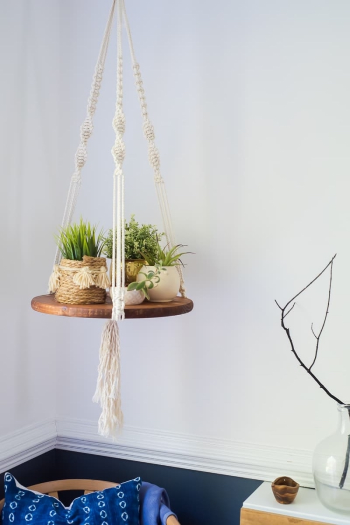 Portavaso con treccia e sostegno di legno per delle piantine da appartamento