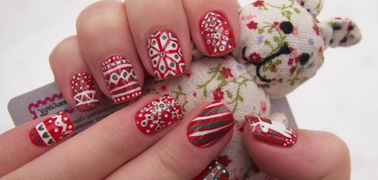 Un'idea per delle unghie decorate con smalto bianco e verde, pupazzo di tessuto in mano