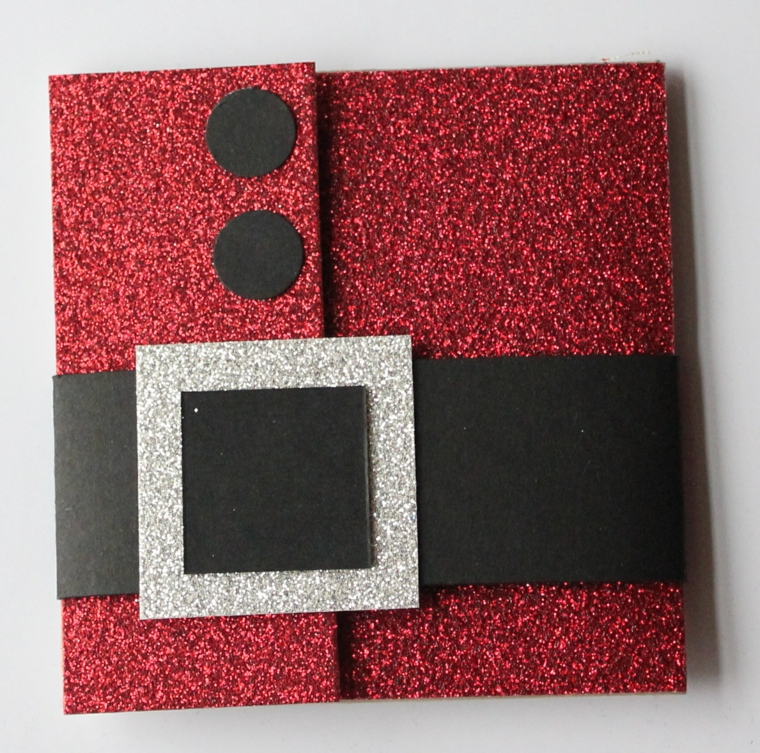 Creazioni di Natale fatte a mano e un bigliettino con carta glitter di colore rosso