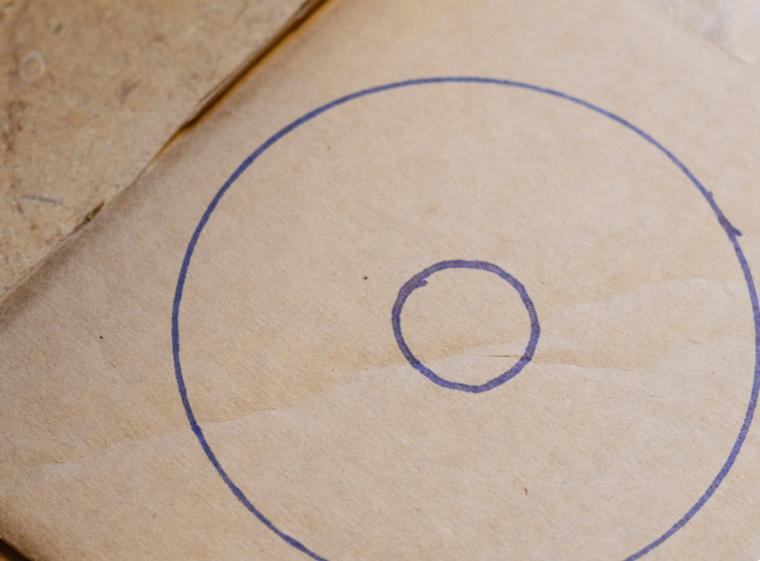 Disegno di due cerchi su un cartone, lavoretti creativi per bambini