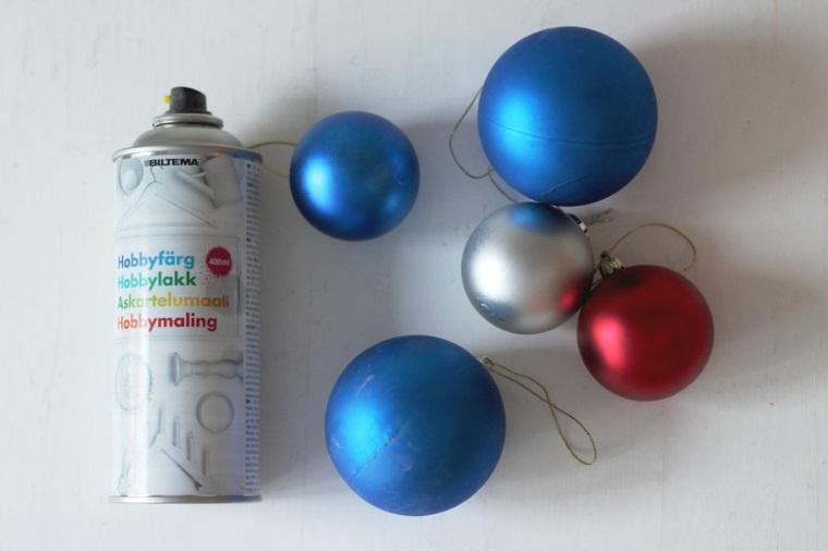 Bottiglietta spray e palline natalizie colorate con ganci e fili da appendere