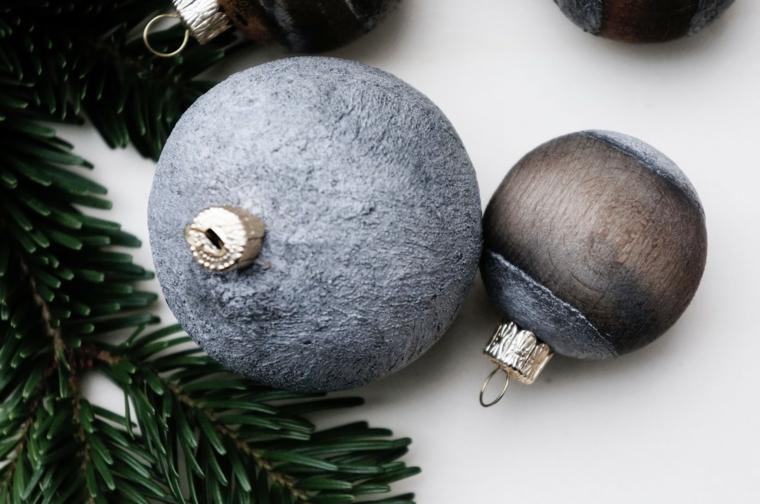 Vecchie palline di legno dipinte, decorazioni da appendere all'albero di Natale