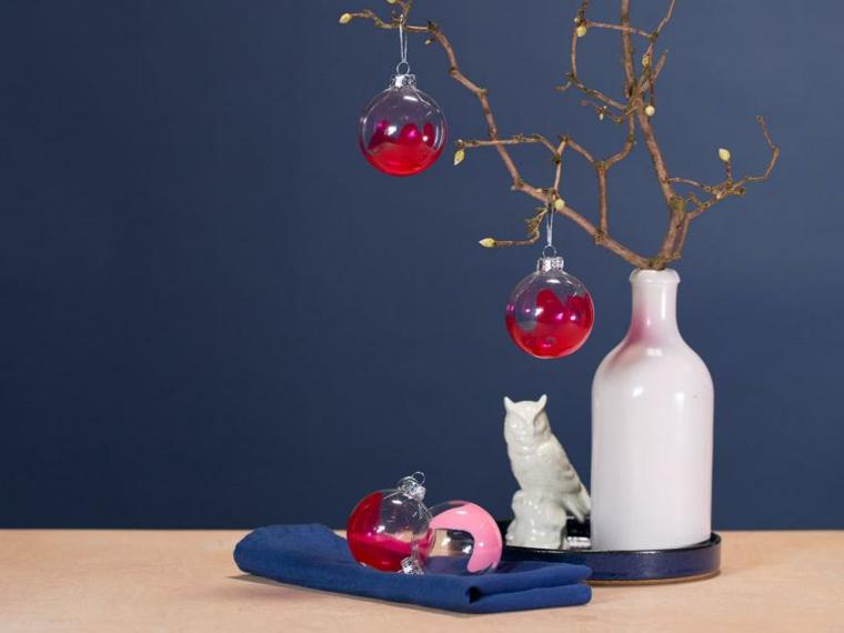 Alberi di Natale fai da te originali e un'idea con sfere di plastica trasparente con della vernice rossa all'interno
