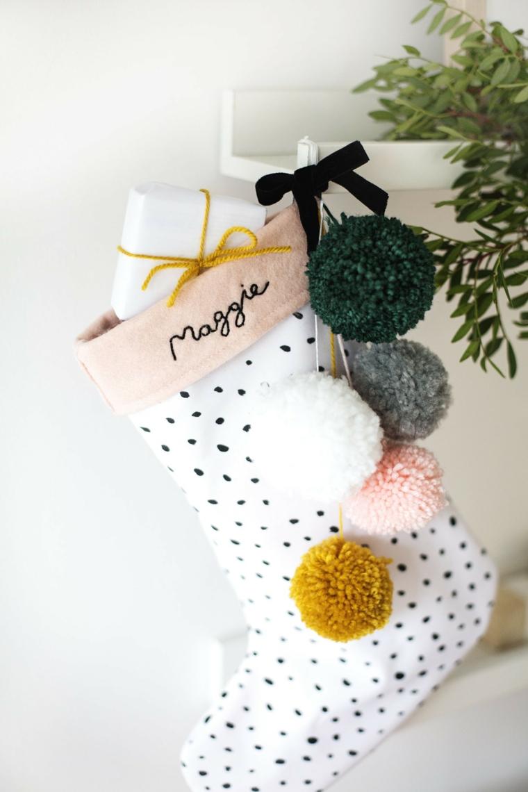Addobbi natalizi fatti a mano, calza di tessuto bianco a pois e pon pon colorati di filato di lana