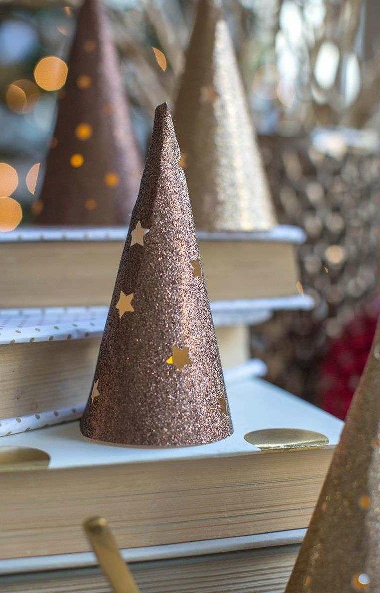 Idee natalizie da creare con cartoncini glitter, lanterna a forma di cono con stelle gialle