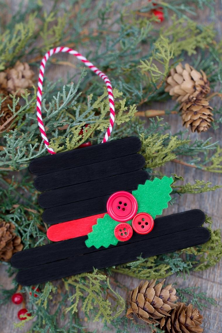 Addobbi di Natale fai da te con bastoncini di legno e bottoni, rametti verdi e tante pigne