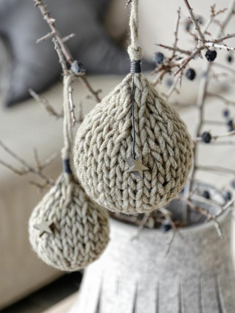 Palle di Natale fai da te un'idea con palline fatte all'uncinetto con lana di colore grigio