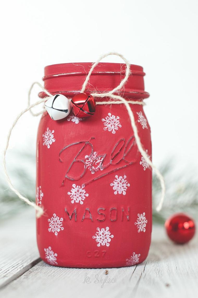 Idea per dei lavoretti di Natale facili con un barattolo di vetro dipinto di rosso e decorato con filo di canapa