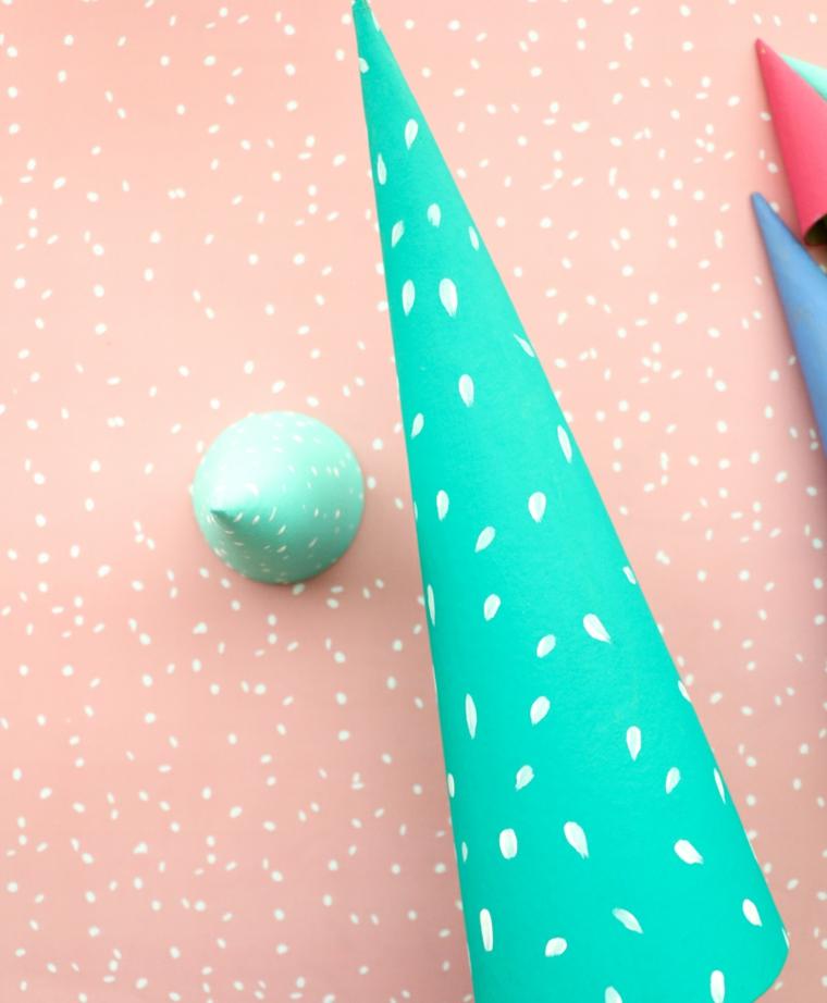 Lavoretti creativi Natale, cono di cartone a forma di cono come un alberello