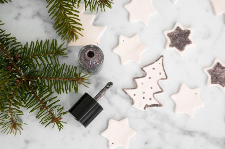 Stelle e alberelli di pasta fimo dipinti con smalto per unghie, lavoretti creativi Natale