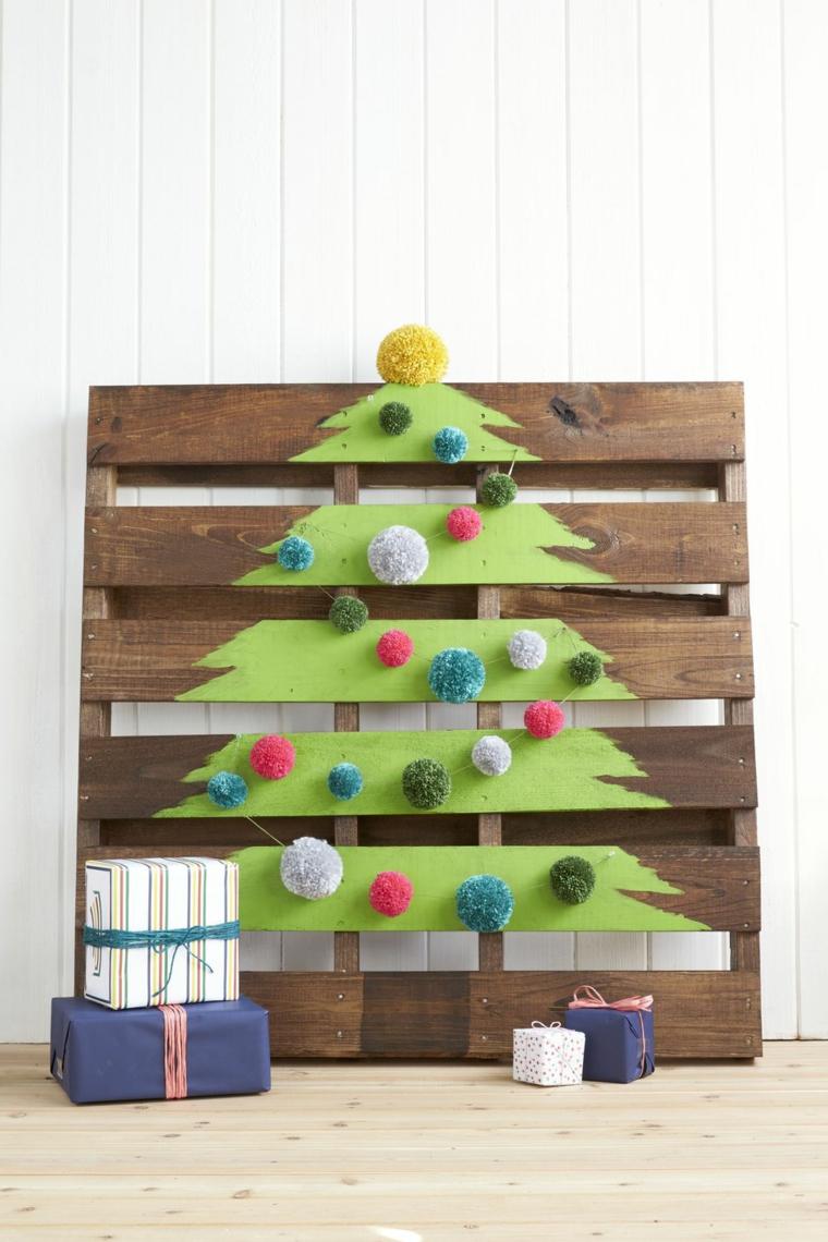 Decori natalizi fai da te con un pallet di legno, disegno di un albero con palline di pon pon