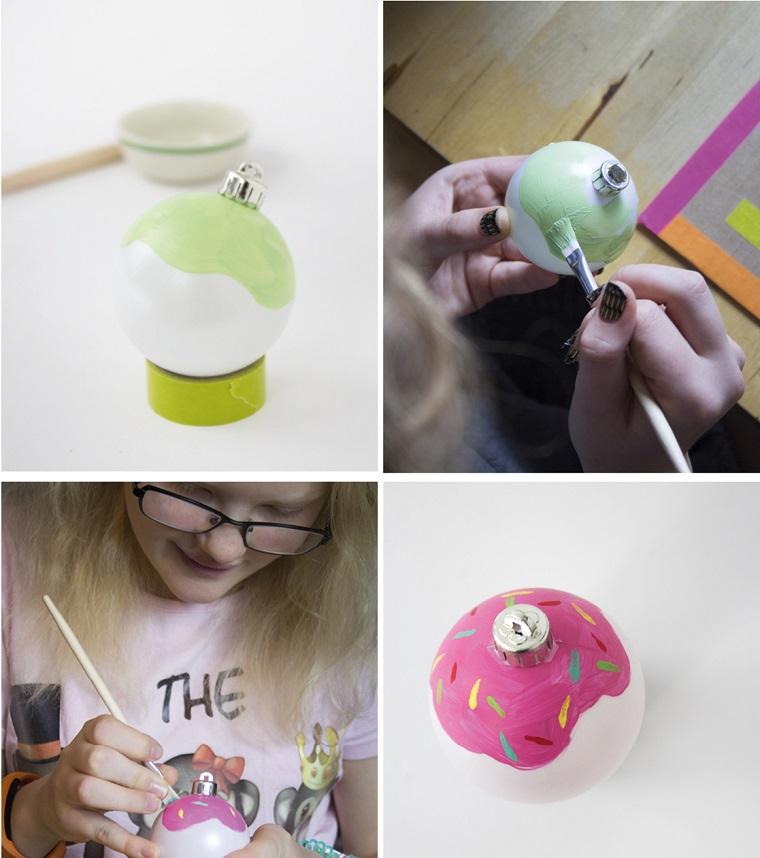 Creazioni natalizie con una pallina di plastica decorata con colori acrilici
