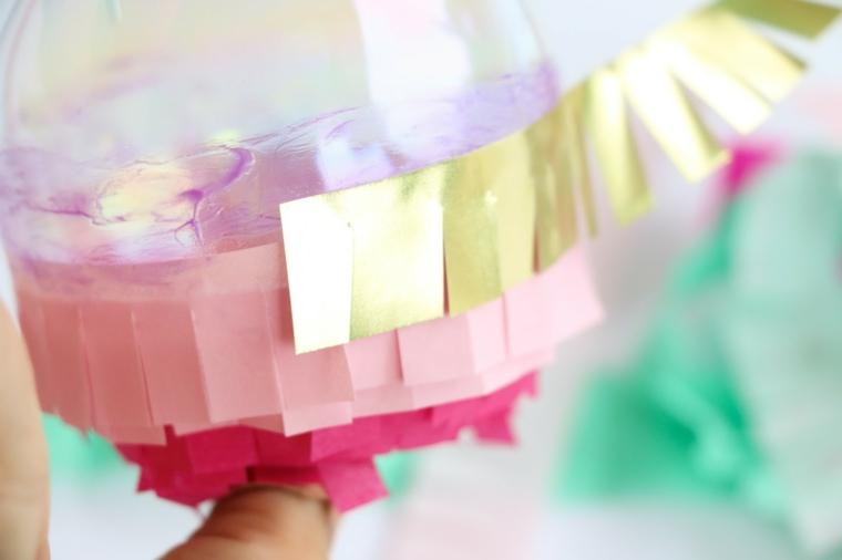 Addobbi natalizi fai da te, sfera di plastica trasparente con carata colorata frangiata
