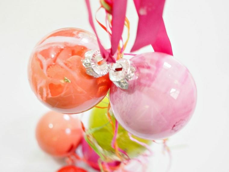 Palline dipinte all'interno con colori acrili e fili per appenderli all'albero di Natale