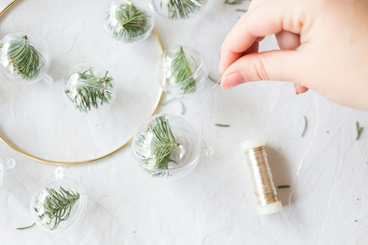 Legare il filo alla pallina e appendere all'anello, decorazioni natalizie fai da te tutorial
